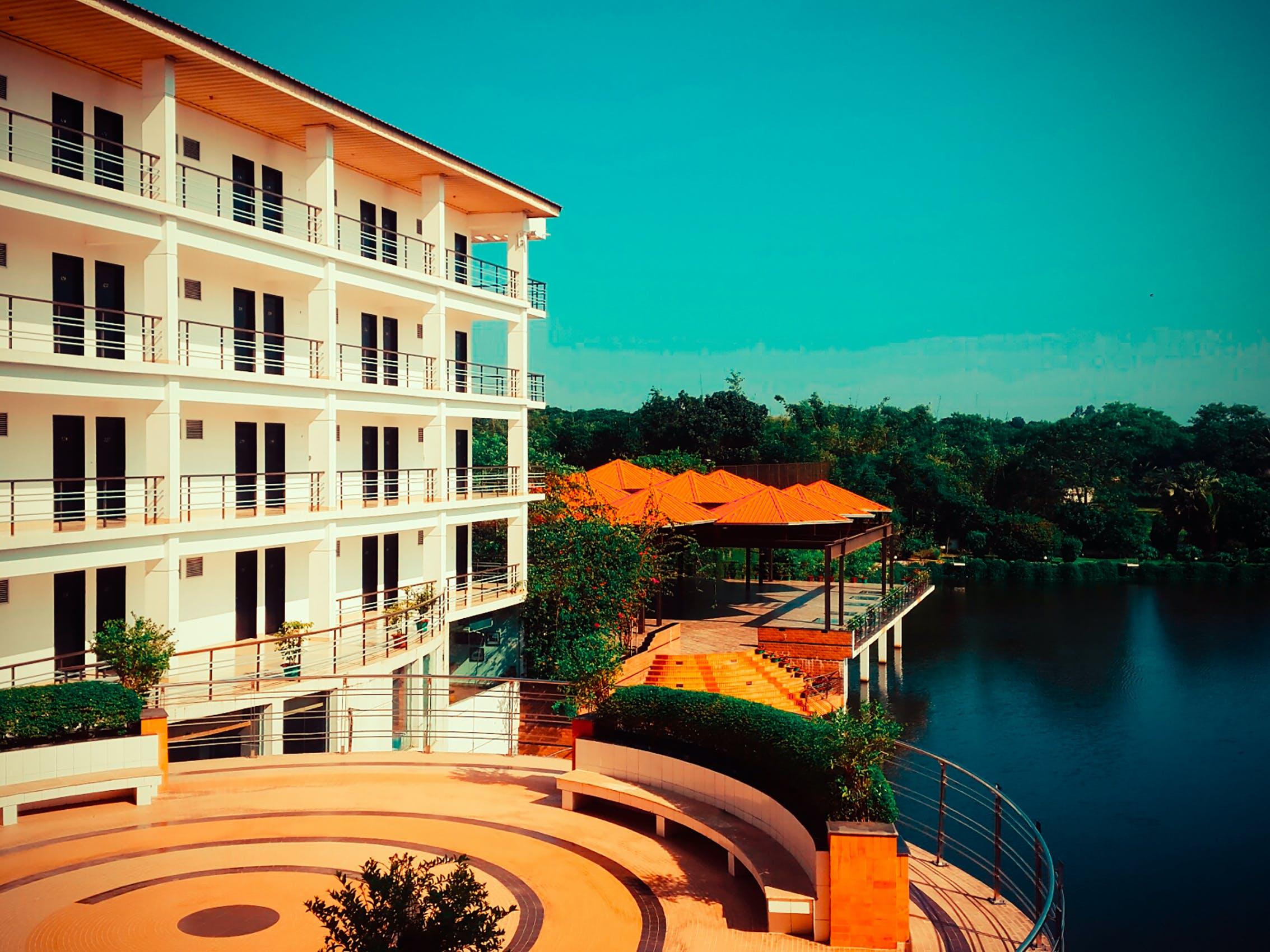 Kostnadsfri bild av arkitektur, balkong, bassängkant, byggnad
