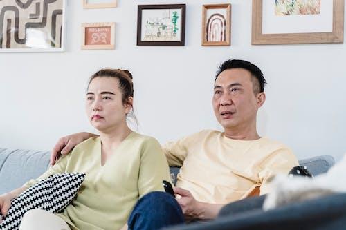çift, evde, kanepe içeren Ücretsiz stok fotoğraf