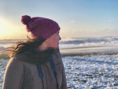 Foto profissional grátis de areia, beira-mar, cabelo, capô