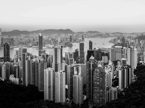 Kostenloses Stock Foto zu schwarz und weiß, stadt, vogelperspektive, berge
