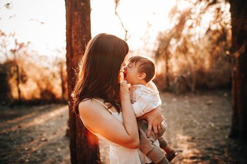 açık hava, aile, anne içeren Ücretsiz stok fotoğraf