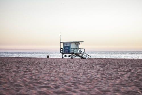 ライフガード, ライフガードタワー, 晴天, 波の無料の写真素材