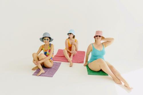 banyo takımları, çıplak ayak, dişiler içeren Ücretsiz stok fotoğraf