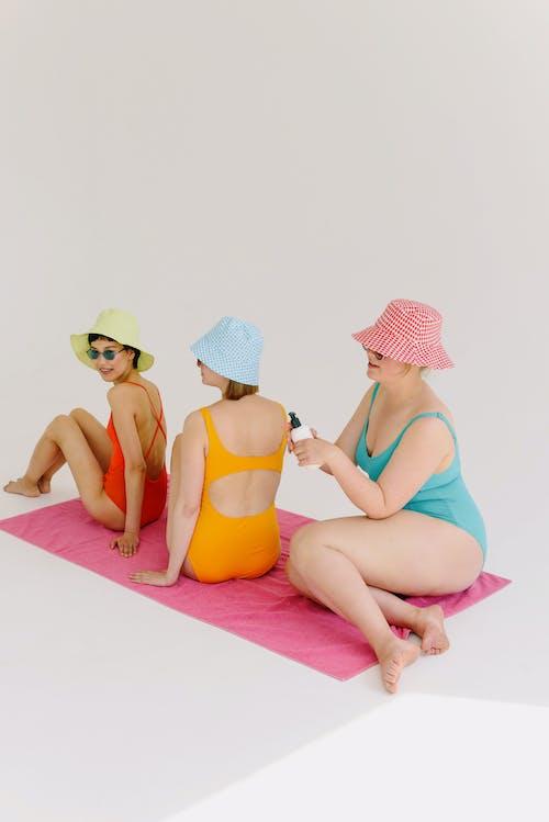 banyo takımları, çıplak ayak, dikey atış içeren Ücretsiz stok fotoğraf