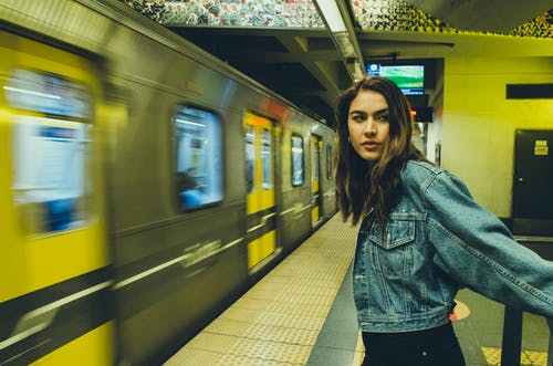 Fotos de stock gratuitas de andén de metro, apariencia, calle, chaqueta de jean