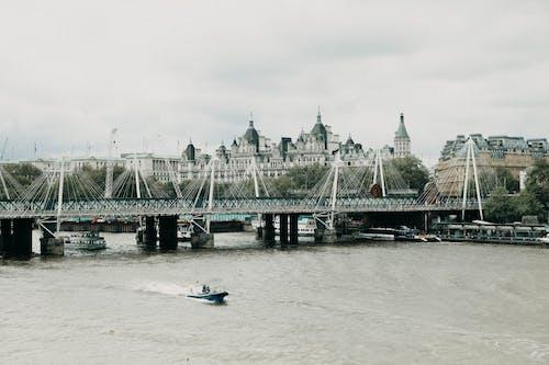 Fotos de stock gratuitas de atracción turística, barcos de ferry, cielo sombrío