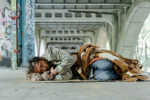 乞丐, 人, 在地上 的 免费素材图片
