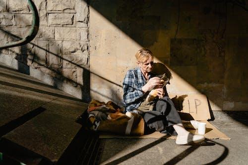 乞丐, 在地上, 坐下 的 免費圖庫相片