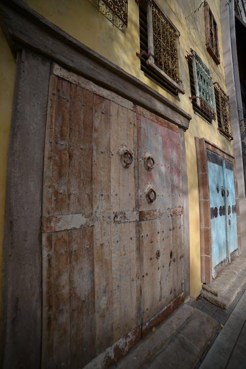 duvar Sanatı, kapı, murial, renkli evler içeren Ücretsiz stok fotoğraf