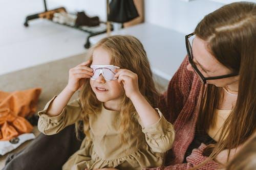 Kostenloses Stock Foto zu bindungszeit, brillen, frau