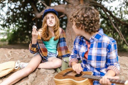Gratis stockfoto met adolescent, binden, blijdschap