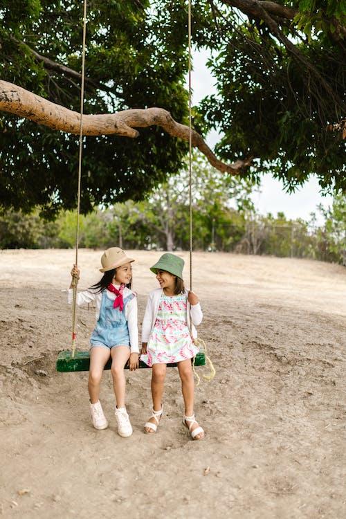 Foto profissional grátis de amigos, balançando, brincalhão