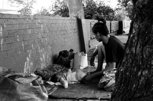 Бесплатное стоковое фото с бездомный, манила, монохромный, отец