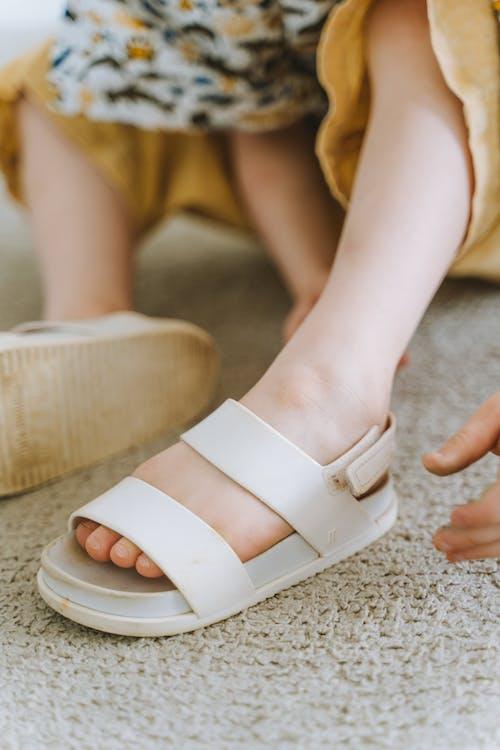 Foto profissional grátis de calçados, carpete, criança