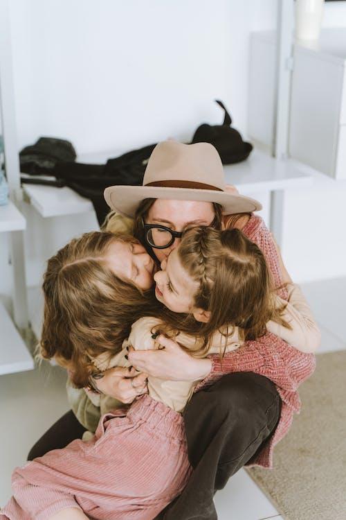 Fotos de stock gratuitas de abrazar, abrazo, adentro