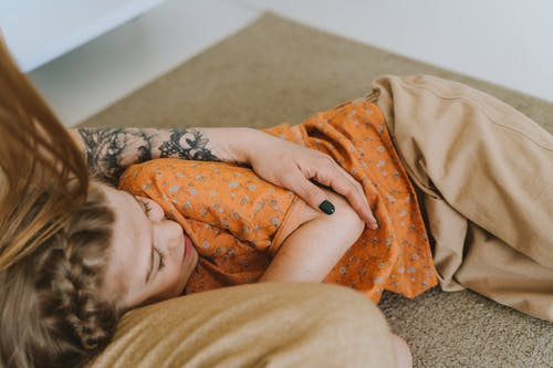 Fotos de stock gratuitas de adentro, adulto, almohada