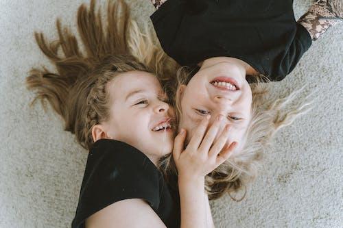 Fotos de stock gratuitas de abrazar, abrazo, adolescente