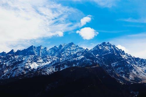 Kostnadsfri bild av bergen, bergstoppar, blå, dagsljus