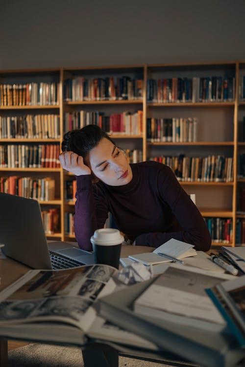 Ilmainen kuvapankkikuva tunnisteilla ajatteleminen, istuminen, kannettava tietokone