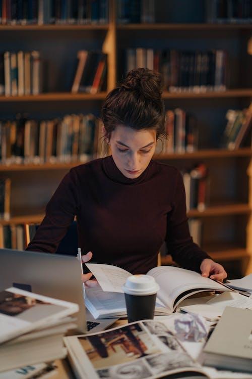 Ilmainen kuvapankkikuva tunnisteilla istuminen, kannettava tietokone, kirjahylly