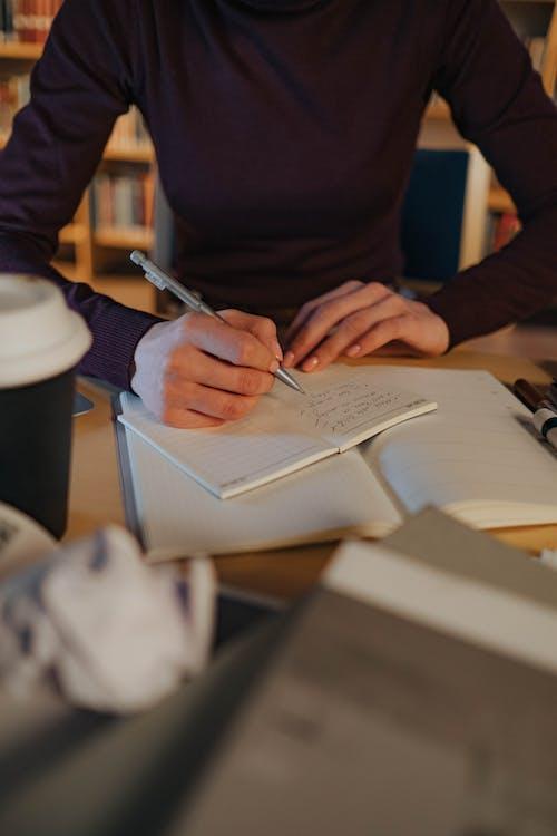Gratis stockfoto met bibliotheek, binnen, binnenshuis