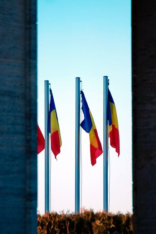 Foto profissional grátis de bandeiras, céu, cidade, cores