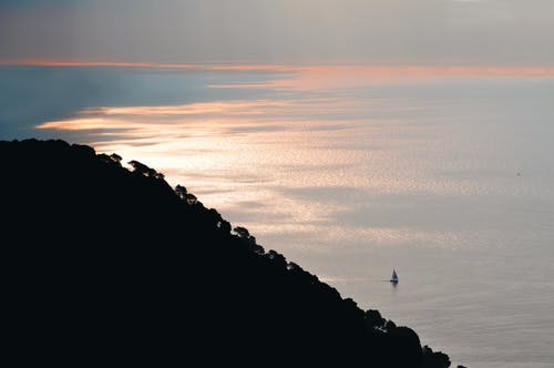 Δωρεάν στοκ φωτογραφιών με ακτή, αυγή, βάρκα, γαλήνιος