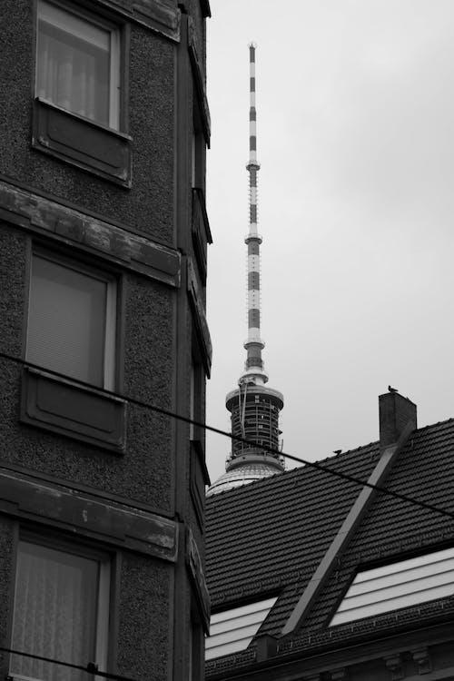 Darmowe zdjęcie z galerii z architektura, berlin, berlińska wieża telewizyjna, czarno-biały