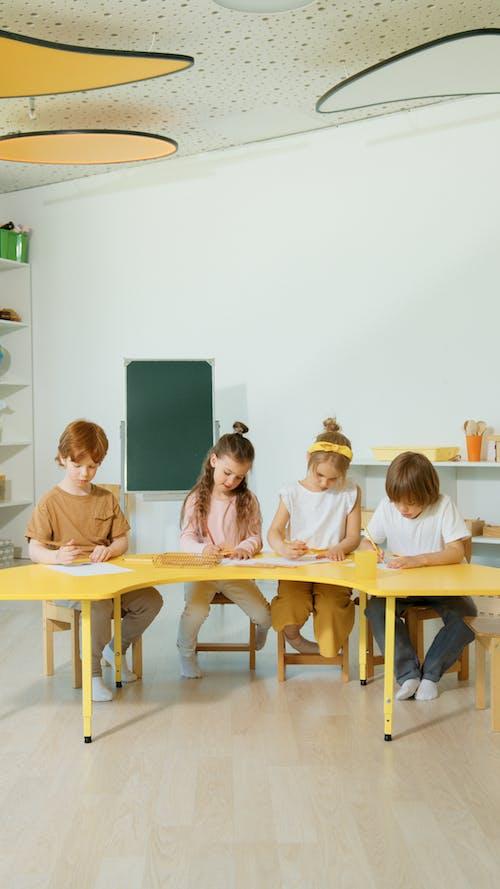 Gratis arkivbilde med barn, barndom, bord