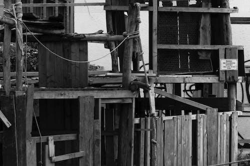 Darmowe zdjęcie z galerii z architektura, budowa, czarno-biały, drewno