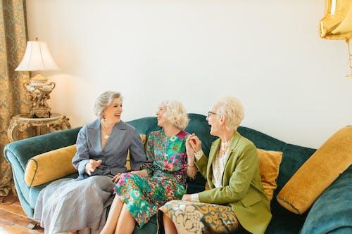 Fotobanka sbezplatnými fotkami na tému dámy, gauč, hovorenie