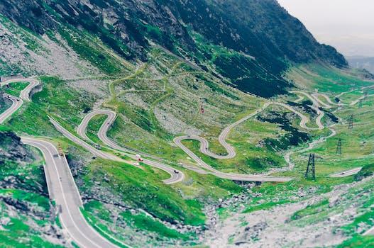 Foto aérea de Green Scenery and Winding Road