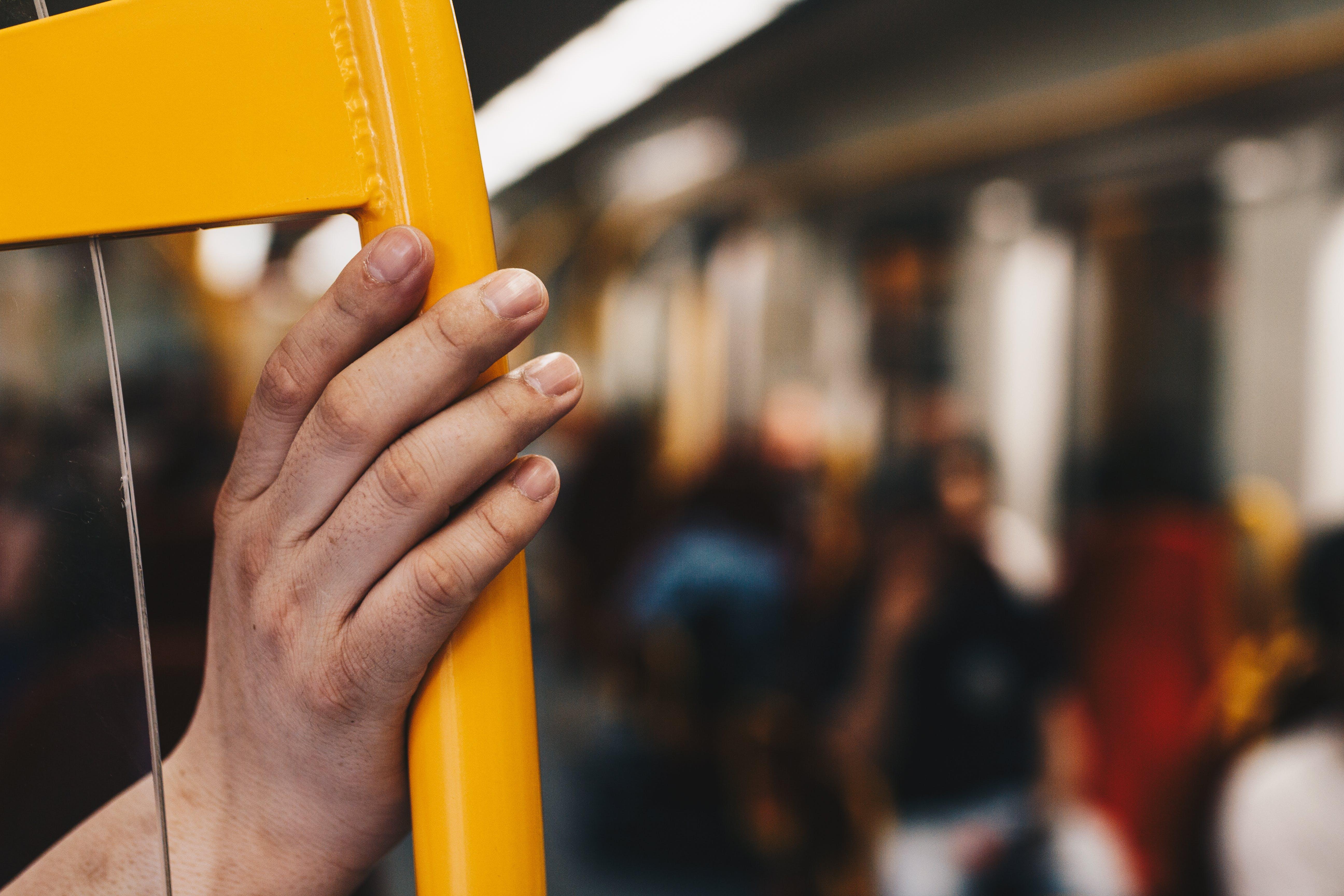 Ilmainen kuvapankkikuva tunnisteilla henkilö, ihmiset, käsi, keltainen