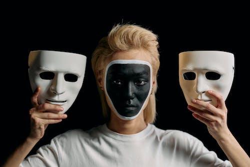 Kostenloses Stock Foto zu begrifflich, blond, einfacher schwarzer hintergrund