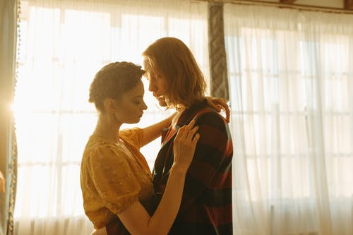 Foto profissional grátis de brilho, casal, casal abraçando
