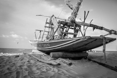 Foto d'estoc gratuïta de aigua, badia, barca, blanc i negre