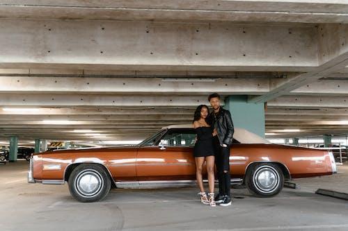 Fotobanka sbezplatnými fotkami na tému Afroameričan, Afroameričanka, automobil