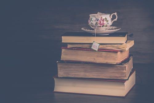 Gratis lagerfoto af bogstak, bunke, bøger, kop