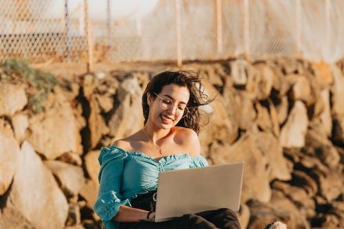 Foto profissional grátis de com muito vento, computador, computador portátil