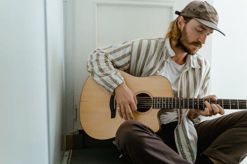Foto d'estoc gratuïta de acústic, gorra, guitarra