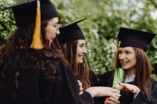 Photos gratuites de bonheur, casquettes, cérémonie de remise des diplômes