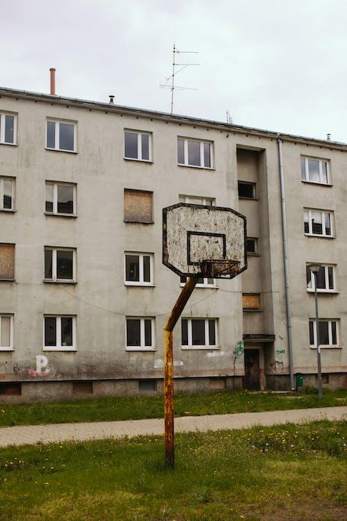 Безкоштовне стокове фото на тему «архітектура, баскетбол, баскетбольний майданчик»