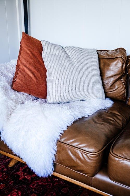 Бесплатное стоковое фото с в помещении, гостиница, диван