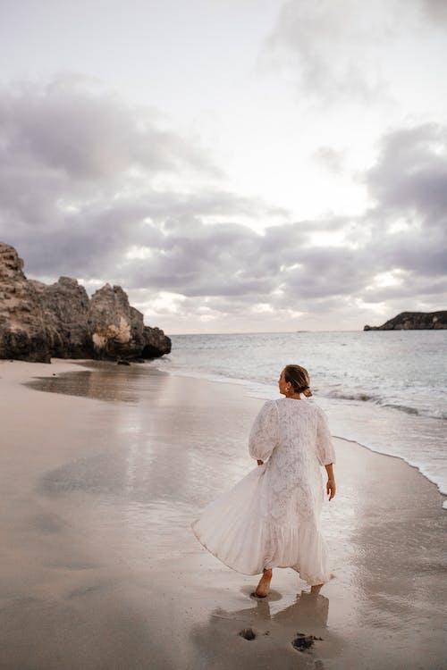Kostenloses Stock Foto zu frau, hinterrücks, meeresküste