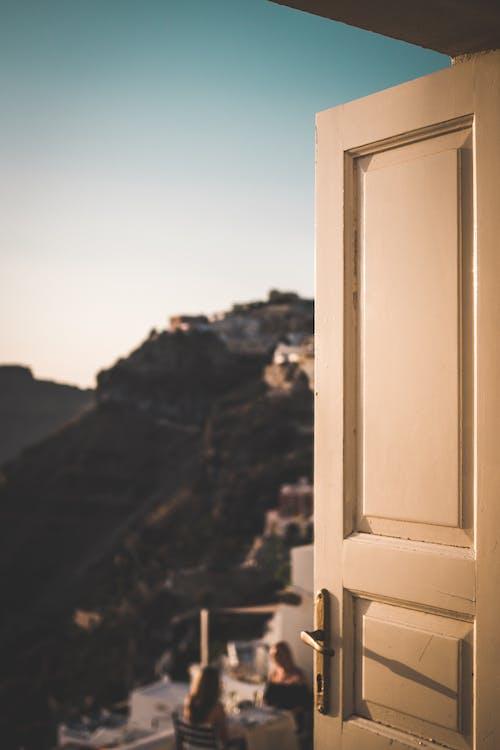 Fotos de stock gratuitas de puerta vieja, santorini, sol de tarde, sol dorado