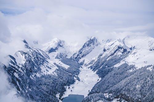 dağlar, kar, kış içeren Ücretsiz stok fotoğraf