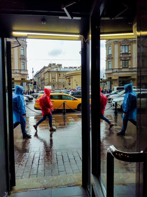 Gratis arkivbilde med mennesker som går, regn
