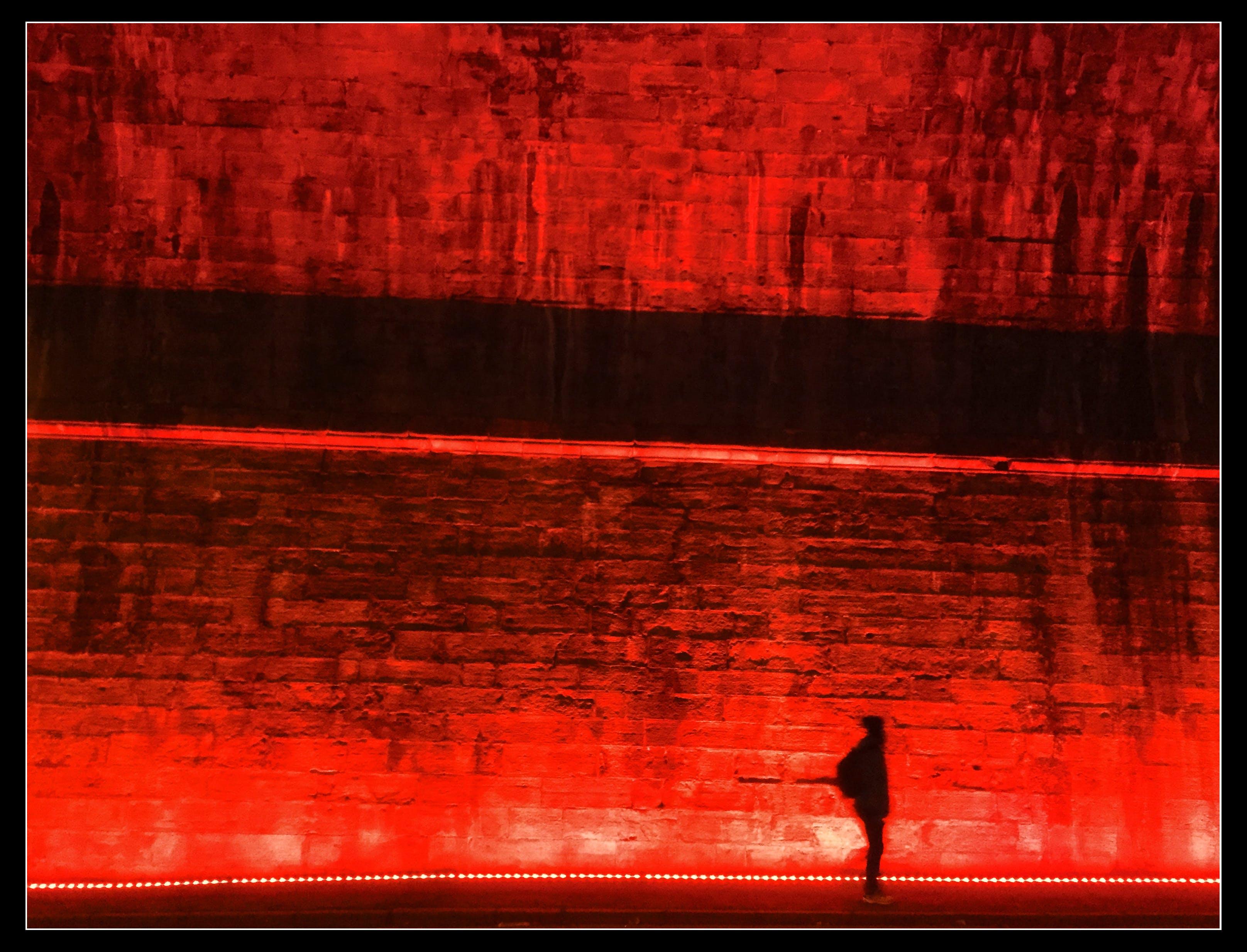 Бесплатное стоковое фото с гулять ночью, красный, ночная сцена, одинокий ходок