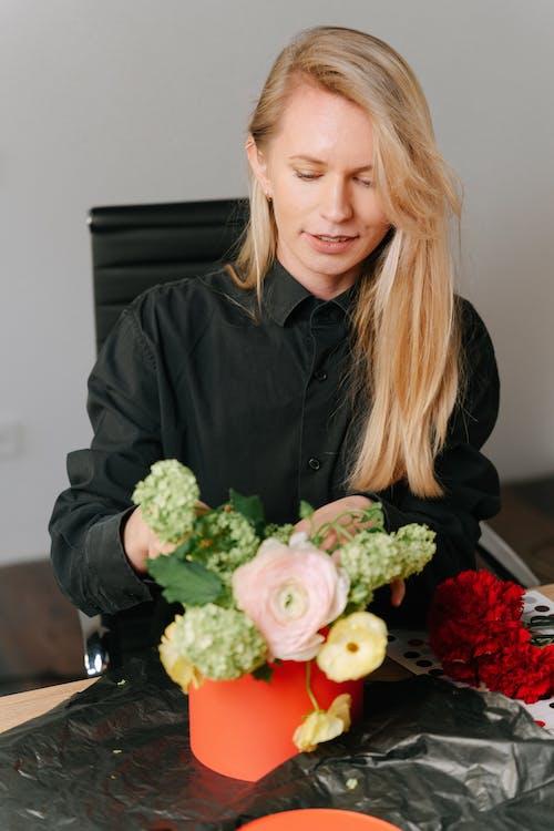Gratis arkivbilde med blomsterarrangement, blomsterhandler, blomstre
