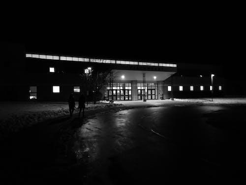 Základová fotografie zdarma na téma černobílá, jednobarevný, noc, škola